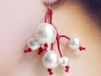 チタン:コットンパールの植物ピアス<レッド×ホワイト>の画像