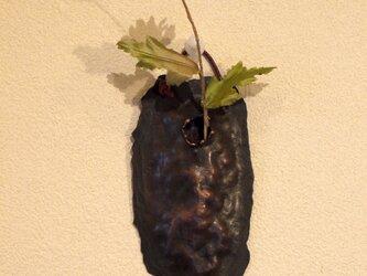 小さな壁掛け銅製花器(一輪挿し)の画像