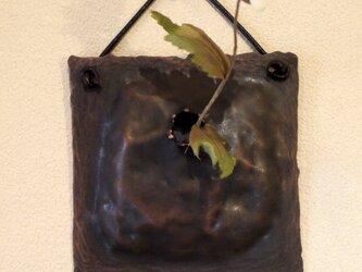 小ぶりの壁掛け銅製花器(一輪挿し)の画像