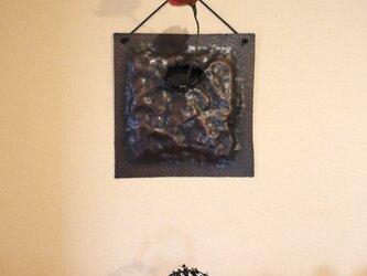 大きな壁掛け銅製花器の画像