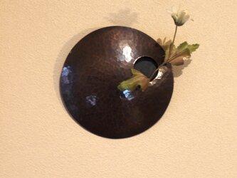 まあるい壁掛け銅製花器(一輪挿し)の画像