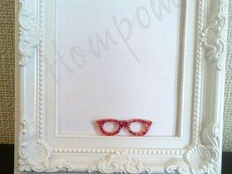 赤い琉球ガラス☆メガネのピンブローチ ホムポムの画像