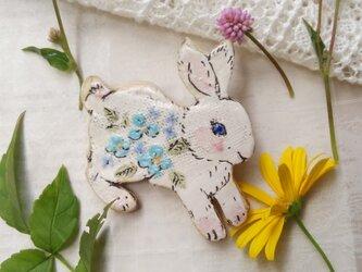 青いお花ウサギちゃん 跳ねるの画像