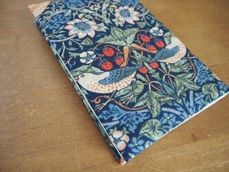 ウィリアム・モリス 文庫本ブックカバー「Strawberry Thief」マルチックブルーの画像