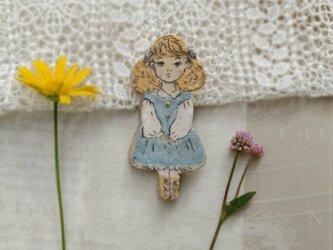 フランス人形のような女の子のブローチの画像
