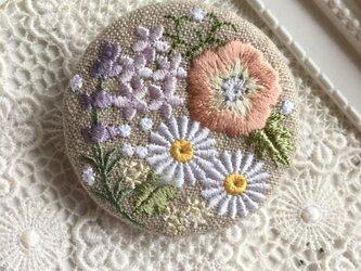リネン 花いっぱいの刺繍のブローチ丸Gの画像