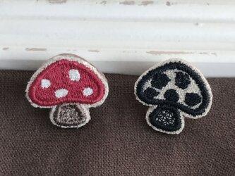 小さなきのこ刺繍ピンバッチ(レッド)2個セット【受注生産】の画像