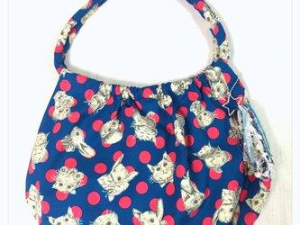 仔猫とうさぎのマルーンバッグ(ブルー×ピンク)の画像