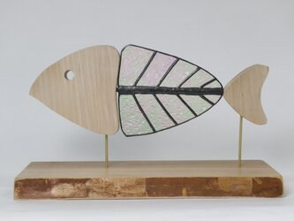 木とステンドグラスで出来た魚の置物の画像