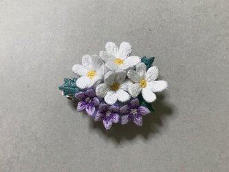手刺繍花のブローチの画像