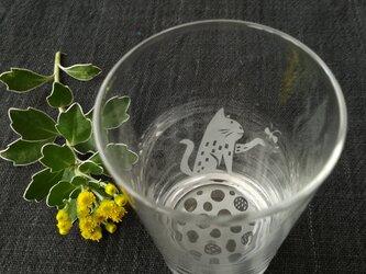 小さなグラス  チョウと猫の画像