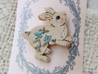 青いお花の元気なウサギのブローチ✾の画像