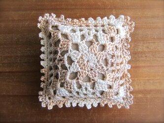 レース編みのピンクッション アイボリー×白の画像