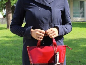 毎日持ち歩きたい!エナメル バイカラートート バッグS レッド×ブラウンの画像