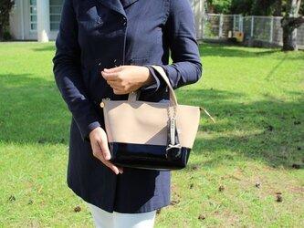 毎日持ち歩きたい!エナメル バイカラートート バッグS ベージュxブラックの画像