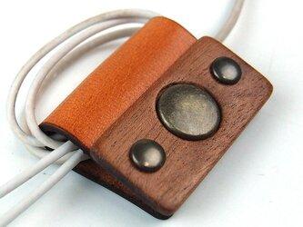 木と革で作った コードクリップの画像