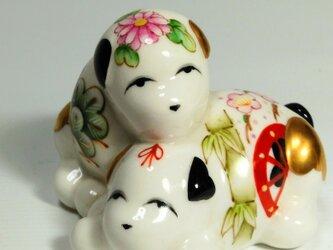 いつまでも仲よく 「白磁上絵付花車図夫婦犬」の画像