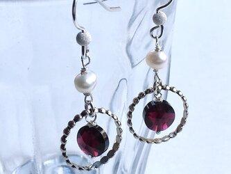 魅惑の赤 ガーネットとパールのピアス silverの画像