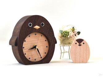 【受注制作】赤ちゃんペンギンがついているブラックウォルナットのペンギンの置き時計【クオーツ時計】の画像