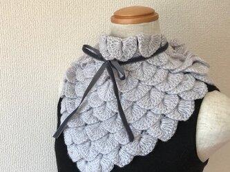 うろこ編みのサンカクミニマフラー2017 シルバーグレーの画像