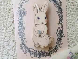 一輪のお花をもつウサギちゃんの画像