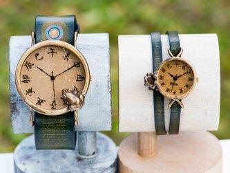沼を覗くカエル腕時計LとSSの画像