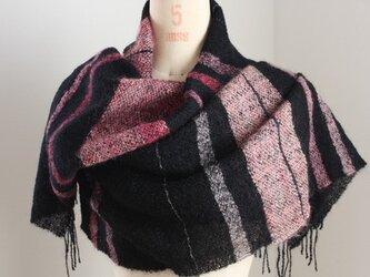 手織り 黒地にピンクのモヘアストールの画像