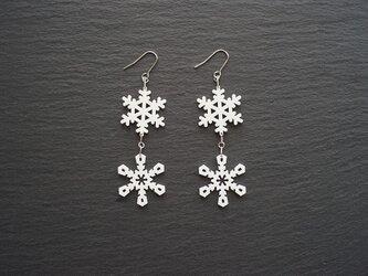 とけない雪の結晶ピアス 2連 snow crystal Bの画像