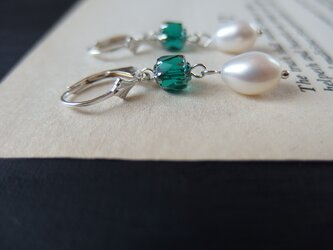 【silver925】緑のチェコビーズと淡水パールのピアスの画像