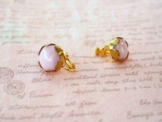 ピンクのガラスのイヤリングの画像