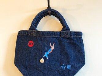 海女さん 刺繍&チャーム デニムトートの画像