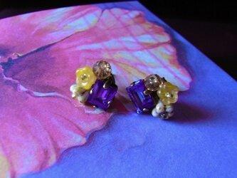 【S様専用】スワロフスキーの花束ピアス(チタン)ビオラ色の画像