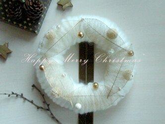 ゴールドリーフのホワイトクリスマスリースの画像