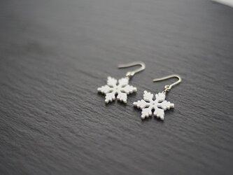 とけない雪の結晶ピアス snow crystal Aの画像