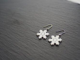 とけない雪の結晶ピアス snow crystal Bの画像