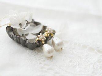 スノーフレーク(雪の結晶)とコットンパールのピアスの画像