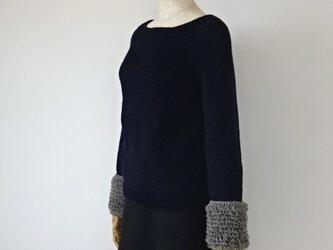 1枚で華やか!クルクルループ袖のセーター・ネイビーの画像