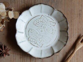 ちいさなお皿 蝶 やさしい雰囲気の白マット系の画像