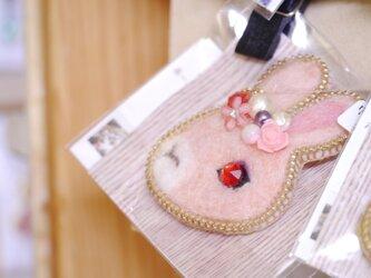 FELT&ZIPPER 花飾りうさぎのブローチの画像