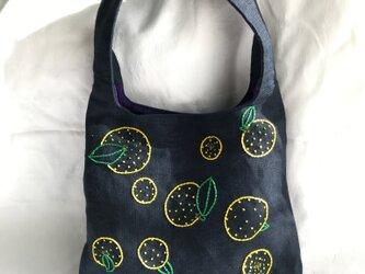 みかん刺繍のショルダーバッグの画像