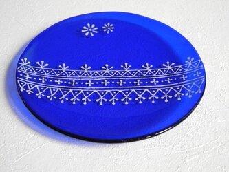 レース柄のコバルトブルー皿の画像
