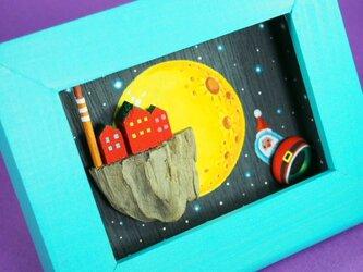painted driftwood & pebble art おもちゃ工場とサンタ号の画像
