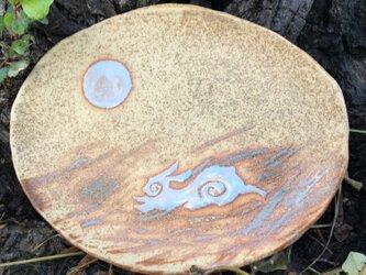 アイヌうさぎが疾走する草原と見守る満月の楕円中皿 茶の画像