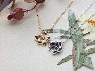小さな花のネックレスの画像