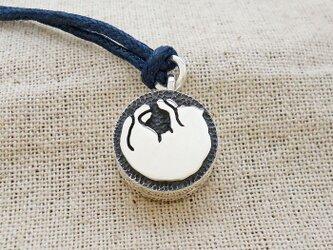 鈴『丸まって眠る猫のシルエット』銀製(シルバー925)の画像