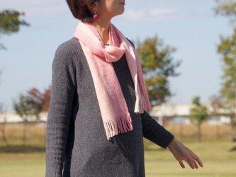 手紡ぎ・手織りのマフラー(ピンクグラデーション)の画像