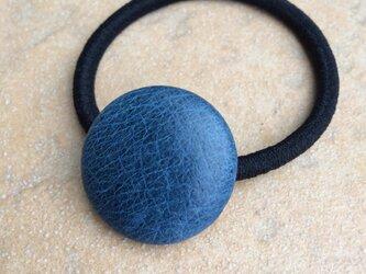 本革くるみボタンのヘアゴム  宵の紺色の画像