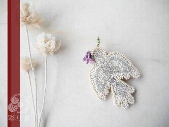 ブローチ【白い小鳥】紫の花の画像