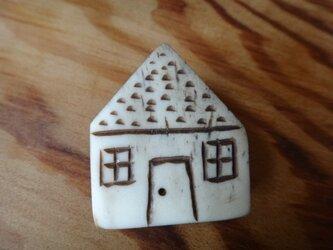 鹿角で作ったお家ブローチの画像
