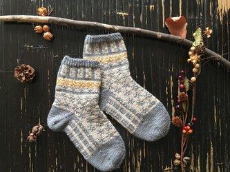 クラシカルフラワーの靴下【イエローグレー】の画像